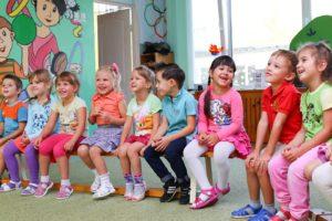 Kindergartenfreunde im Kreis sitzend